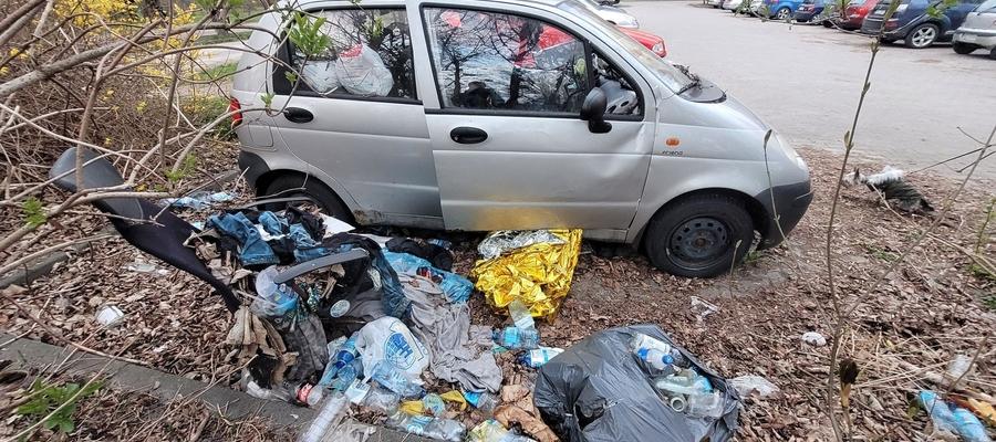 Samochody, w których mieszkają bezdomni, są często pełne śmieci.