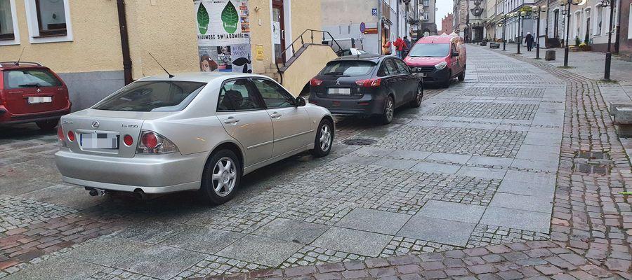 Nieprawidłowo zaparkowane samochody na ul. Prostej są prawdziwą plagą.