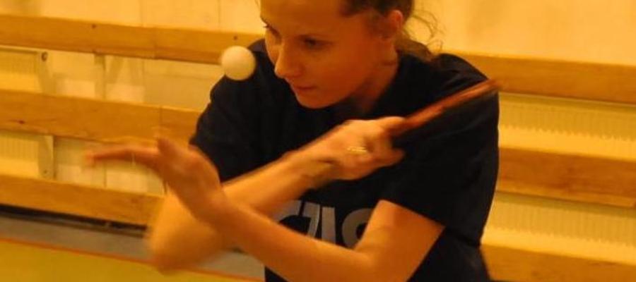 Emilia Włodarska, trenerka sekcji tenisa stołowego w ITR Jeziorak Iława, podczas meczu Iławskiej Ligi Tenisa Stołowego