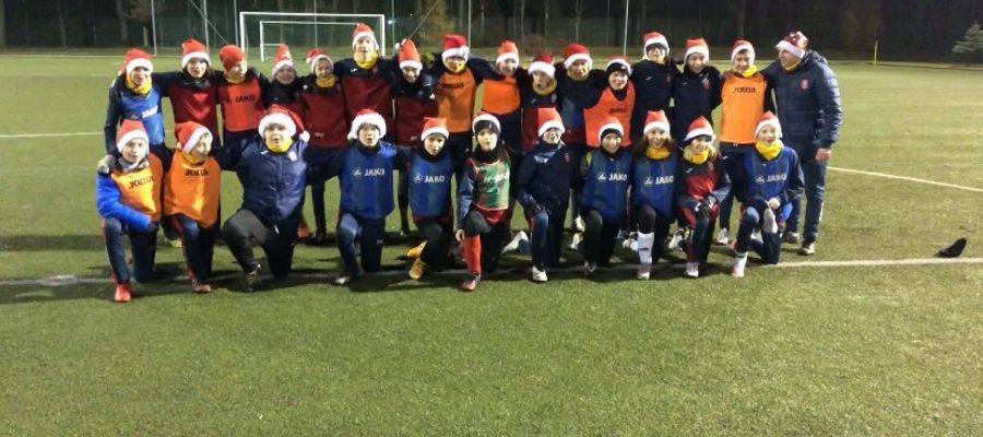 Niektórzy młodzi piłkarze od piłkarskich mikołajek czekali na okazję do rywalizacji na świeżym powietrzu