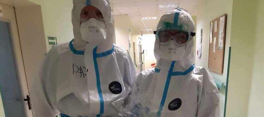 Na oddziale covidowym nowomiejskiego szpitala praca nie jest łatwa, utrudniają ją kombinezony i inne szczelnie przylegające do ciała elementy ubioru