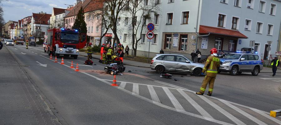 Motocyklista uderzył w osobowe auto na skrzyżowaniu ulic Czarnieckiego i Piłsudskiego
