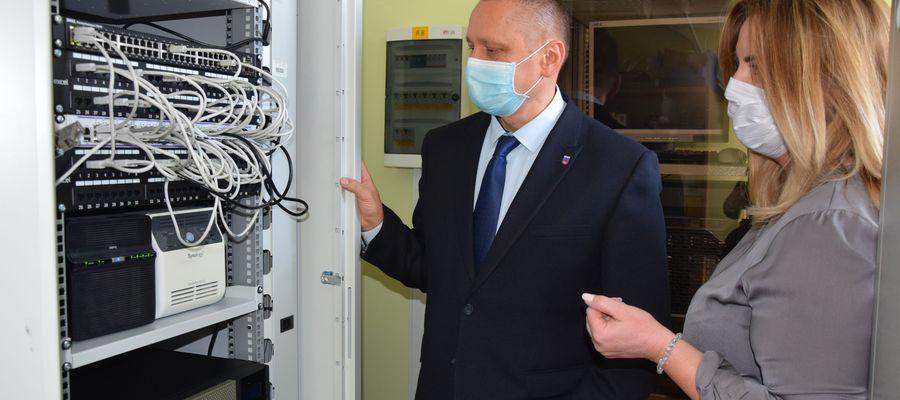 Starosta olsztyński Andrzej Abako i sekretarz powiatu Maria Bąkowska podczas inspekcji w serwerowni.