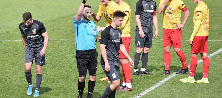 Marcin Fiedorowicz (w środku) w meczu z Legionovią najpierw dał Zniczowi prowadzenie, a potem obejrzał czerwoną kartkę, osłabiając swój zespół