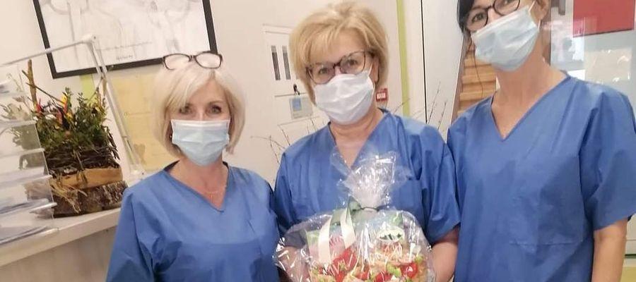 Elżbieta Olszewska, Teresa Ponczkowska i Celina Łęgowska pracujące na oddziale covid z podarowanymi słodkościami