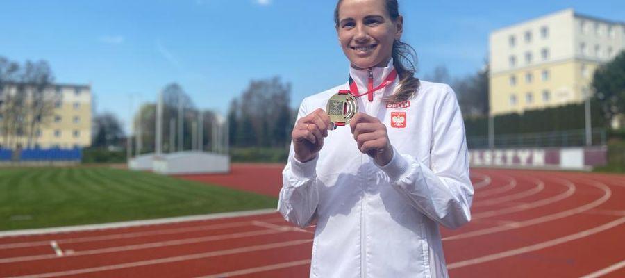 Aleksandra Lisowska (AZS UWM Olsztyn) z dumą prezentuje złoty medal wywalczony w Dębnie
