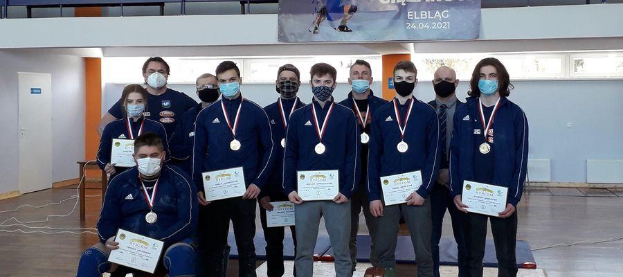 Kurzętniccy zawodnicy i trenerzy na pamiątkowej fotografii z Elbląga