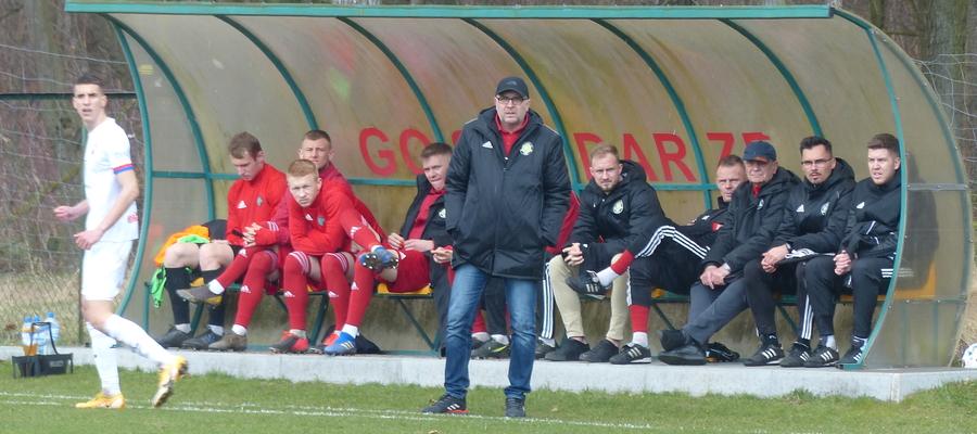 Trener GKS-u Wikielec Wojciech Tarnowski w trakcie meczu z Bronią Radom