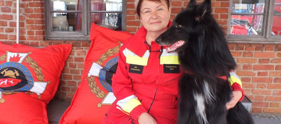 Alex- jeden z psów poszukujących z klebarskiej drużyny ze swoja właścicielką