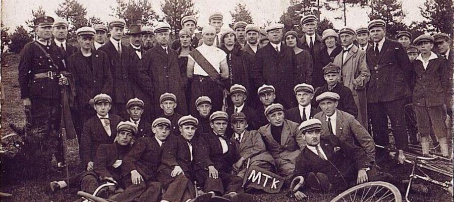 Członkowie i sympatycy Mławskiego Towarzystwa Kolarzy, rok 1925 r.
