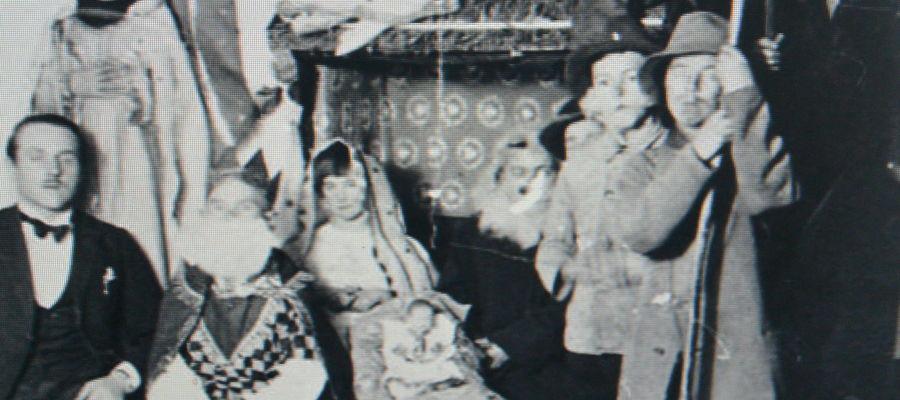 Jasełka w giławskiej polskiej szkole w Giławach. Z lewej w garniturze nauczyciel Edward Turowski, 1936 r.