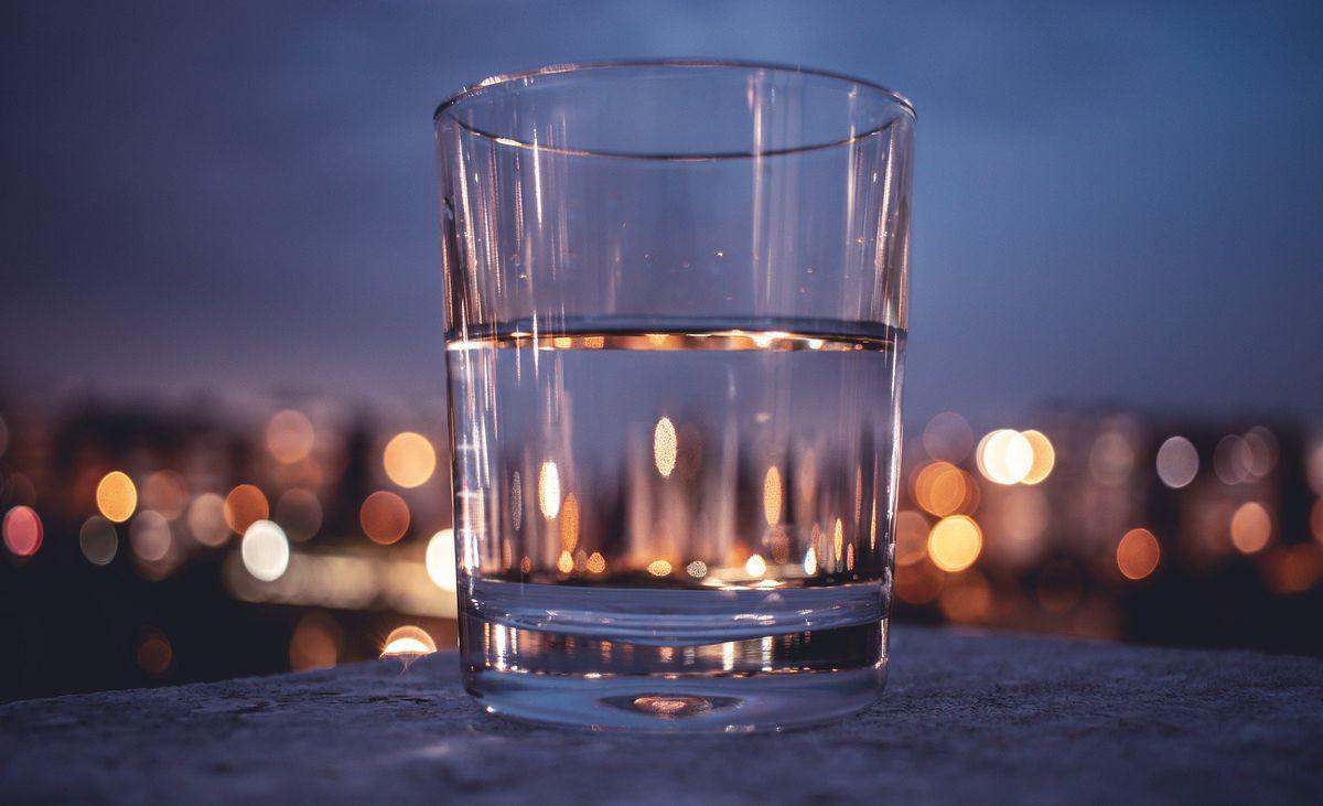 Picie żywej wody może zauważalnie podnieść jakość naszego życia.