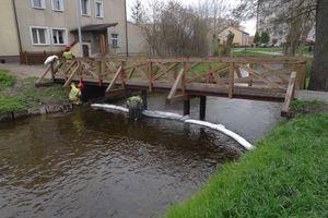 Substancja ropopochodna w rzece Lega w Olecku