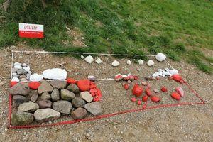 Biało-czerwone kamienie na plaży w Dywitach
