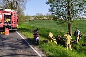 Zderzenie jelenia z motocyklem. Kierowca trafił do szpitala, zwierzę niestety nie przeżyło [zdjęcia]