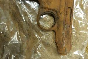 Mieszkaniec Górowa Iławeckiego przyniósł na policję pistolet znaleziony na strychu.