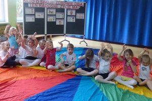 Przedszkolne zajęcia ruchowe z wykorzystaniem chusty Klanzy