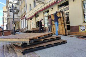 Olsztyńscy restauratorzy przygotowują ogródki do otwarcia [VIDEO]