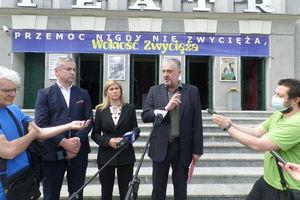 Polityka na schodach olsztyńskiego teatru im. Stefana Jaracza