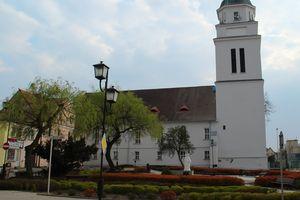 """Kto napisał """"Bóg jest gejem""""na kościele w Działdowie? Policja prosi o pomoc w ustaleniu sprawcy"""