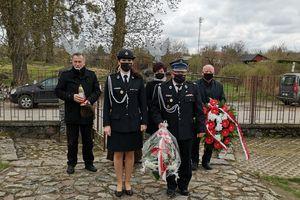 Modlili się pod pomnikiem i złożyli wiązanki kwiatów
