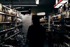 Wchodził do sklepu, brał alkohol i... wychodził. Teraz musi się stawiać na komendzie