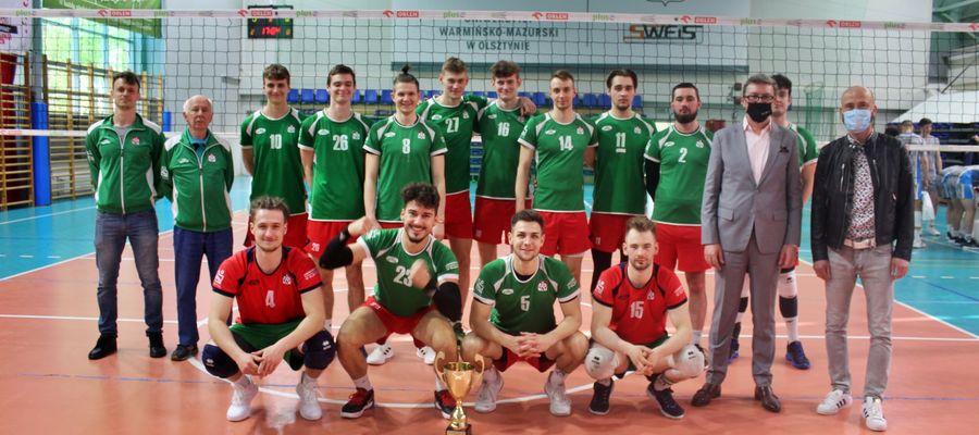 Siatkarze Uniwersytetu Warmińsko-Mazurskiego po zwycięskim półfinale w Olsztynie. Z lewej stoją trenerzy Grzegorz Krzan i Andrzej Grygołowicz
