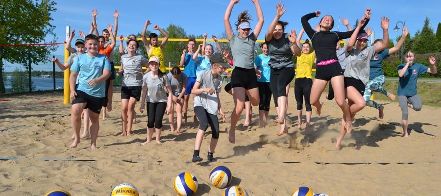 Radość siatkarek i siatkarzy Zrywu po rozpoczęciu treningów beach volleya jest — jak widać na zdjęciu — ogromna!