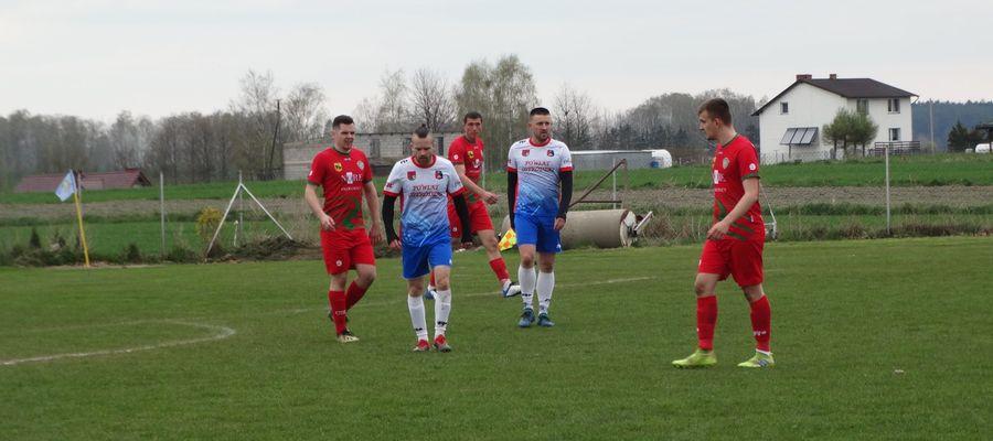 Bartłomiej Kiljański (drugi z prawej) strzelił gola na 1:1 dla Płomienia Turznica