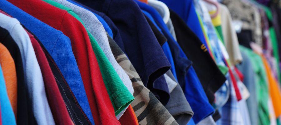 Młodzi Polacy częściej kupują ubrania niz starsi