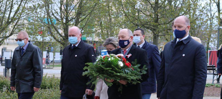 Władze Mławy, a także działające w mieście instytucje i organizacje, uczciły majowe święto złożeniem kwiatów przy Dębie Niepodległości