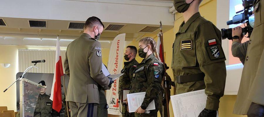 """Gen. bryg. Artur Dębczak, dyrektor Biura do spraw Programu ,,Zostań Żołnierzem Rzeczypospolitej"""" wręczył w środę, 5 maja, uczniom klas wojskowych certyfikaty zakończenia edukacji wojskowej."""