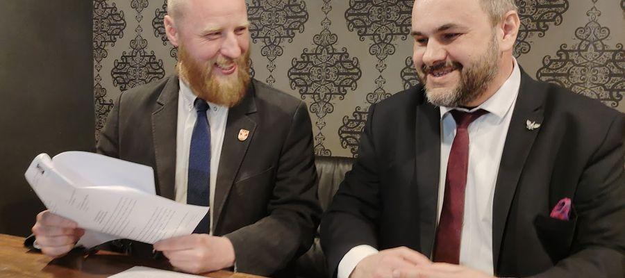 Łukasz Tulwiński (po lewej) i Piotr Lisiecki ( po prawej) domagają się przeprosin od posłanki Moniki Falej