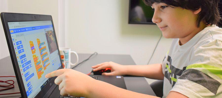 Celem akcji jest inspirowanie dzieci do tworzenia własnych gier, stron internetowych i aplikacji, aby zmienić bierne korzystanie z Internetu w aktywną kreację
