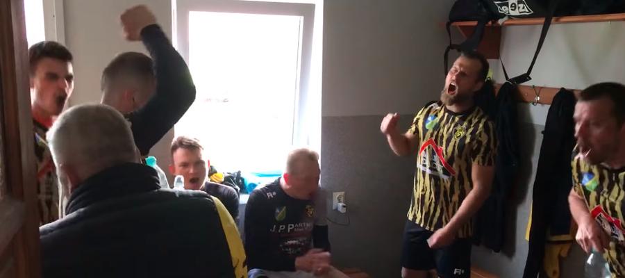 Radość piłkarzy Osy po wywalczeniu awansu do A klasy, nagranie można zobaczyć na stronie facebookowej klubu z Ząbrowa