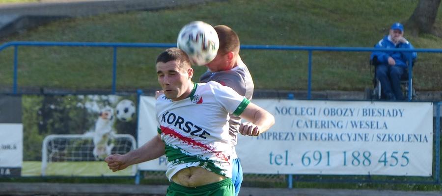 Walka o górną piłkę w meczu Jeziorak - MKS Korsze
