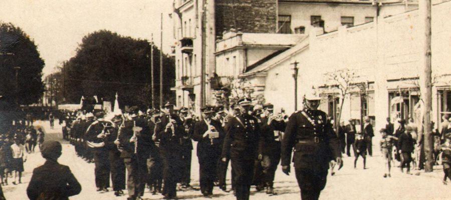 Strażacy z orkiestrą na ulicy 3 Maja
