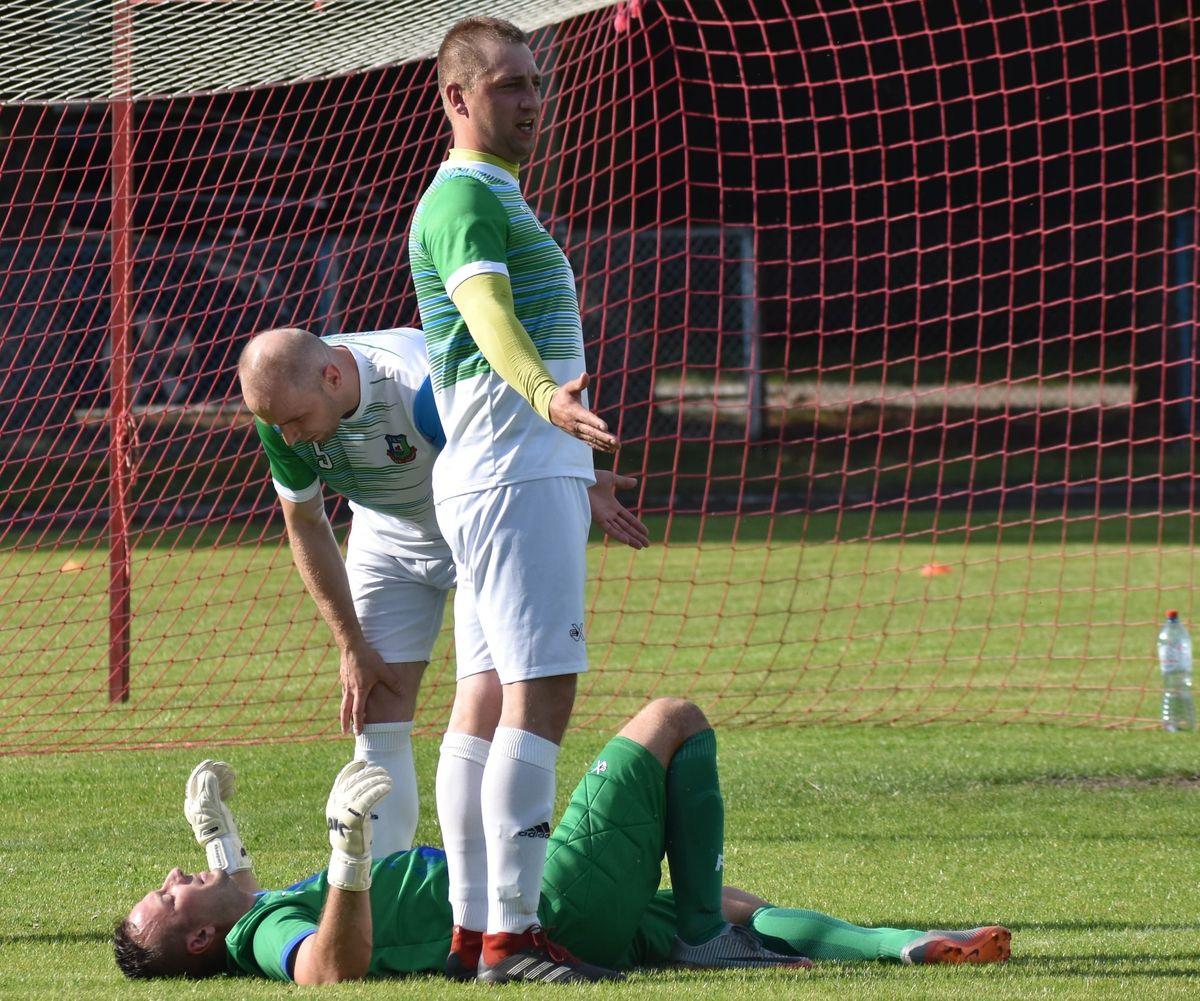 Bramkarz gości po zderzeniu z zawodnikiem Victorii, ze złamanymi żebrami nie mógł kontynuować gry.