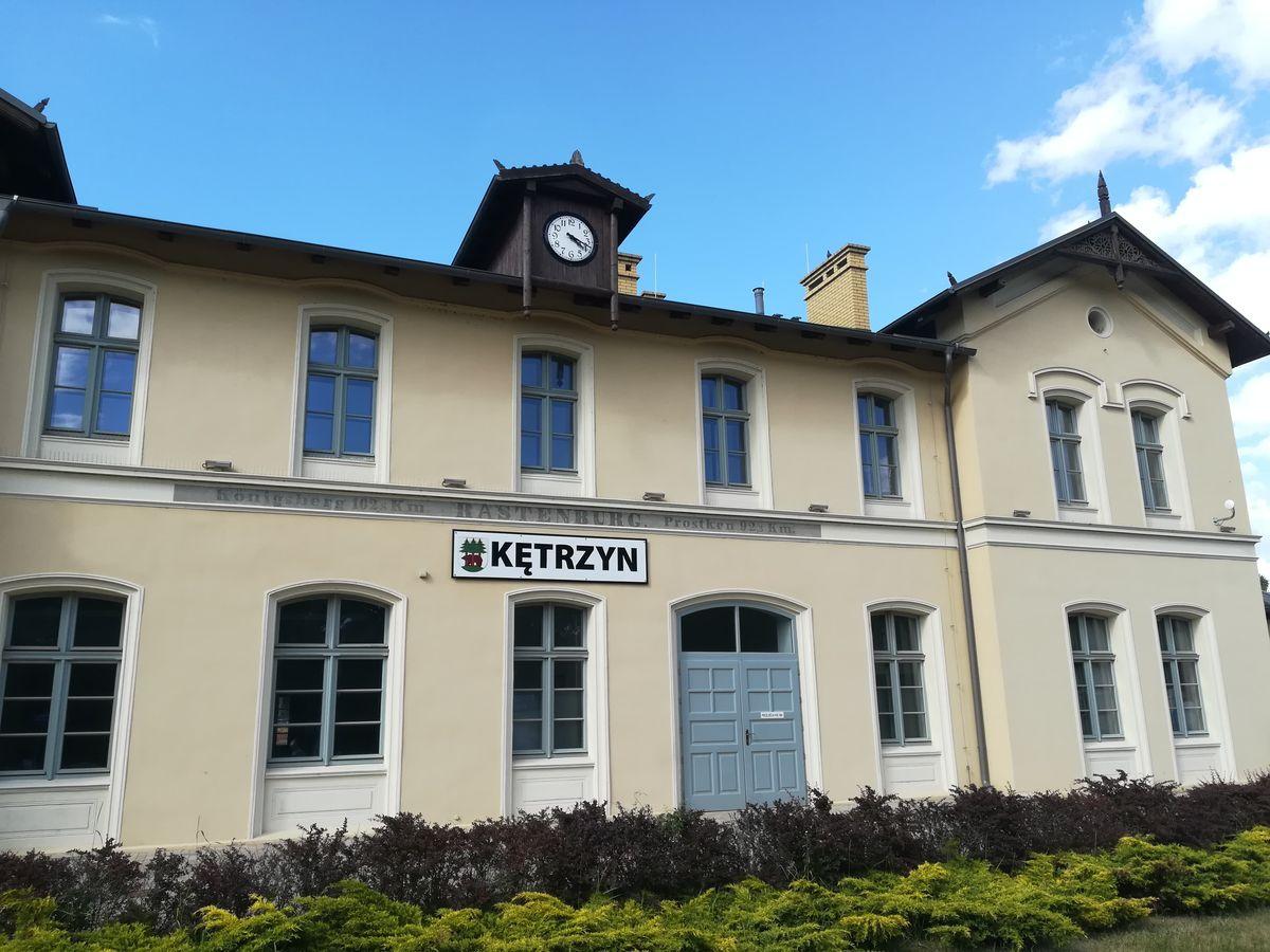 Historyczny napis Rastenburg na budynku dworca kolejowego w Kętrzynie