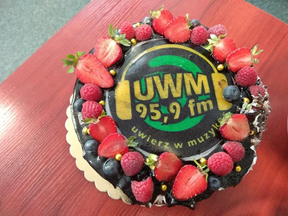 Podczas Nocy Radiowców urodzinowy tort UWM FM pokroił sam rektor Jerzy Przyborowski