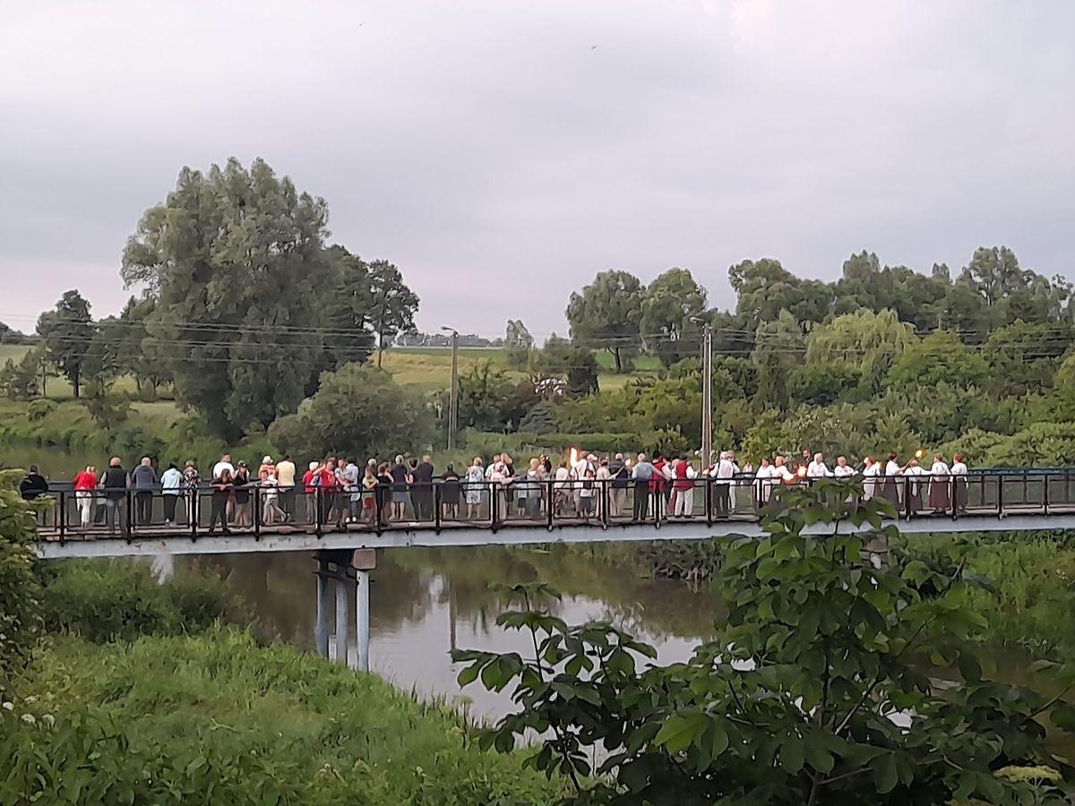 Na rzece Łyna puszczano wianki, które uczestnicy imprezy podziwiali z mostu.