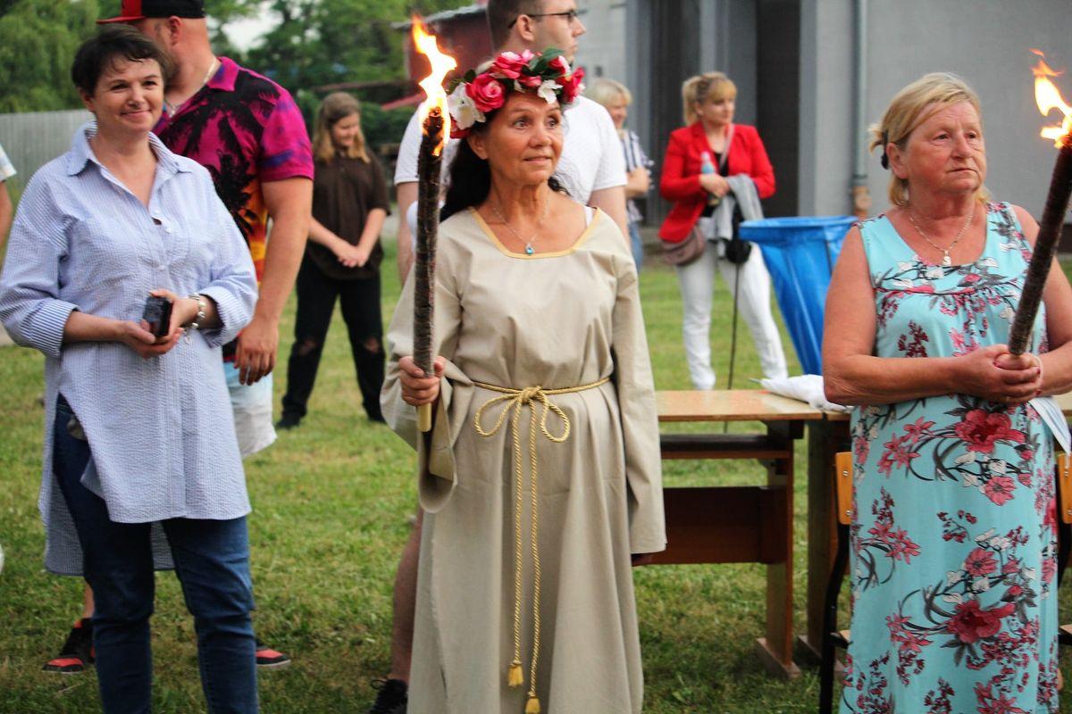 Historie i tradycje najkrótszej nocy w roku przedstawiły uczestniczki zajęć artystycznych Uniwersytetu Trzeciego Wieku.