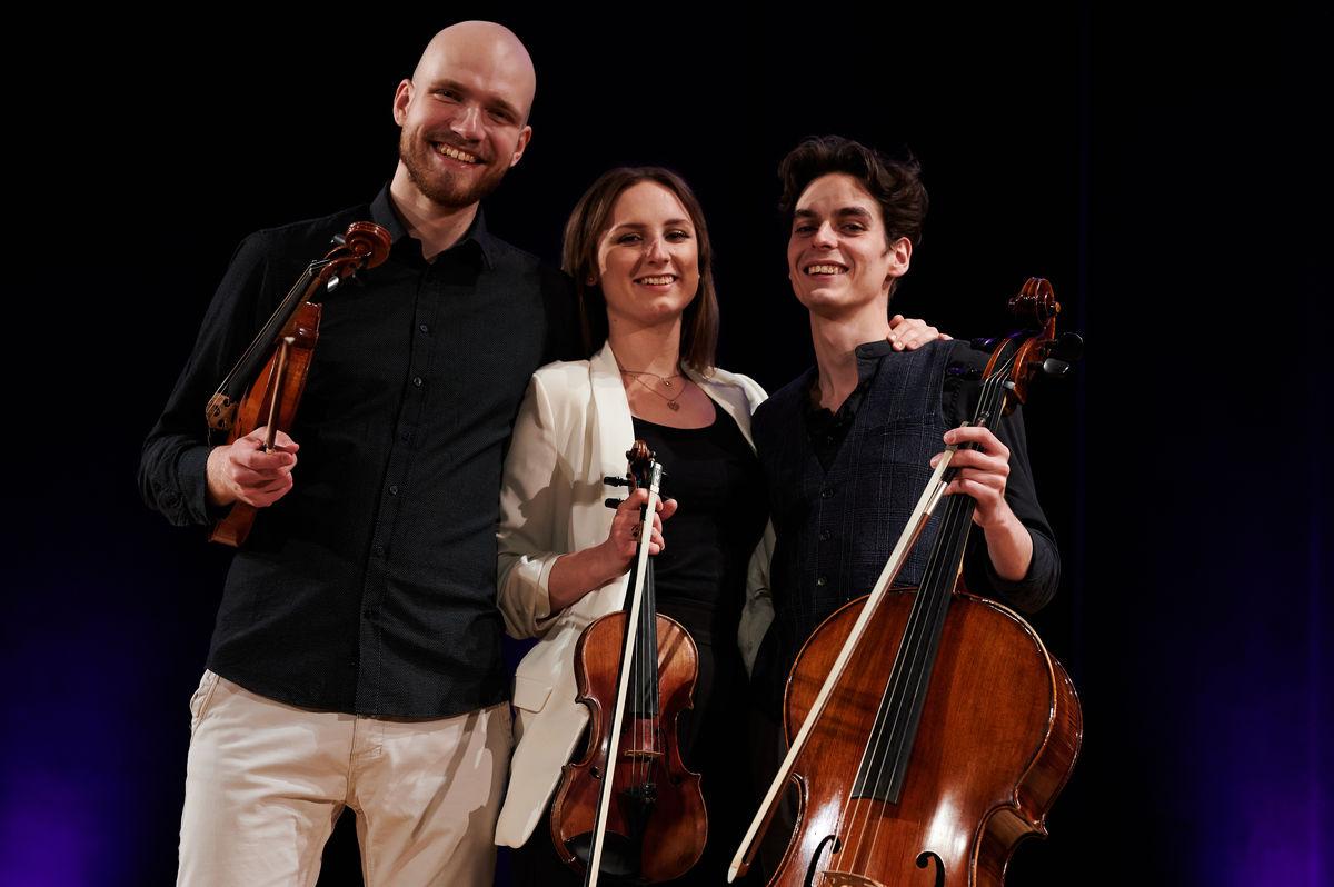 Mezzo Trio w składzie w składzie: Patryk Purzycki — altówka, Marika Staszewska — skrzypce, Jakub Grzelachowski — wiolonczela