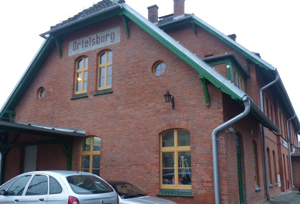 Historyczny napis Ortelsburg na budynku dworca kolejowego w Szczytnie