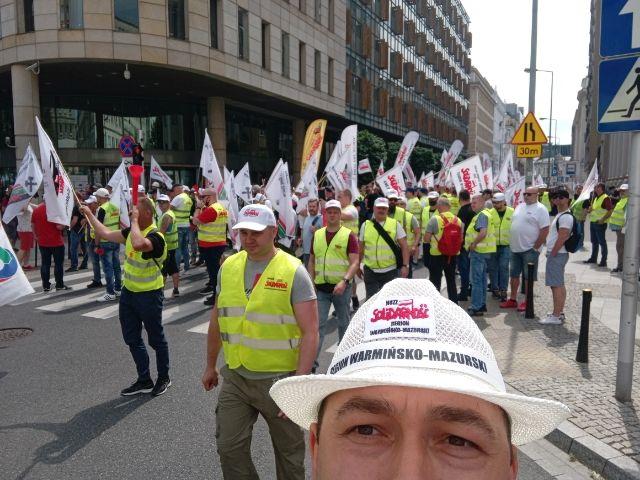 Olsztyńska Solidarność manifestuje sprzeciw w Warszawie