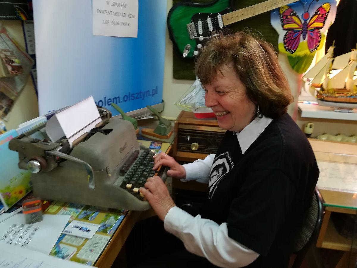 Pani Grażyna przy maszynie do pisania