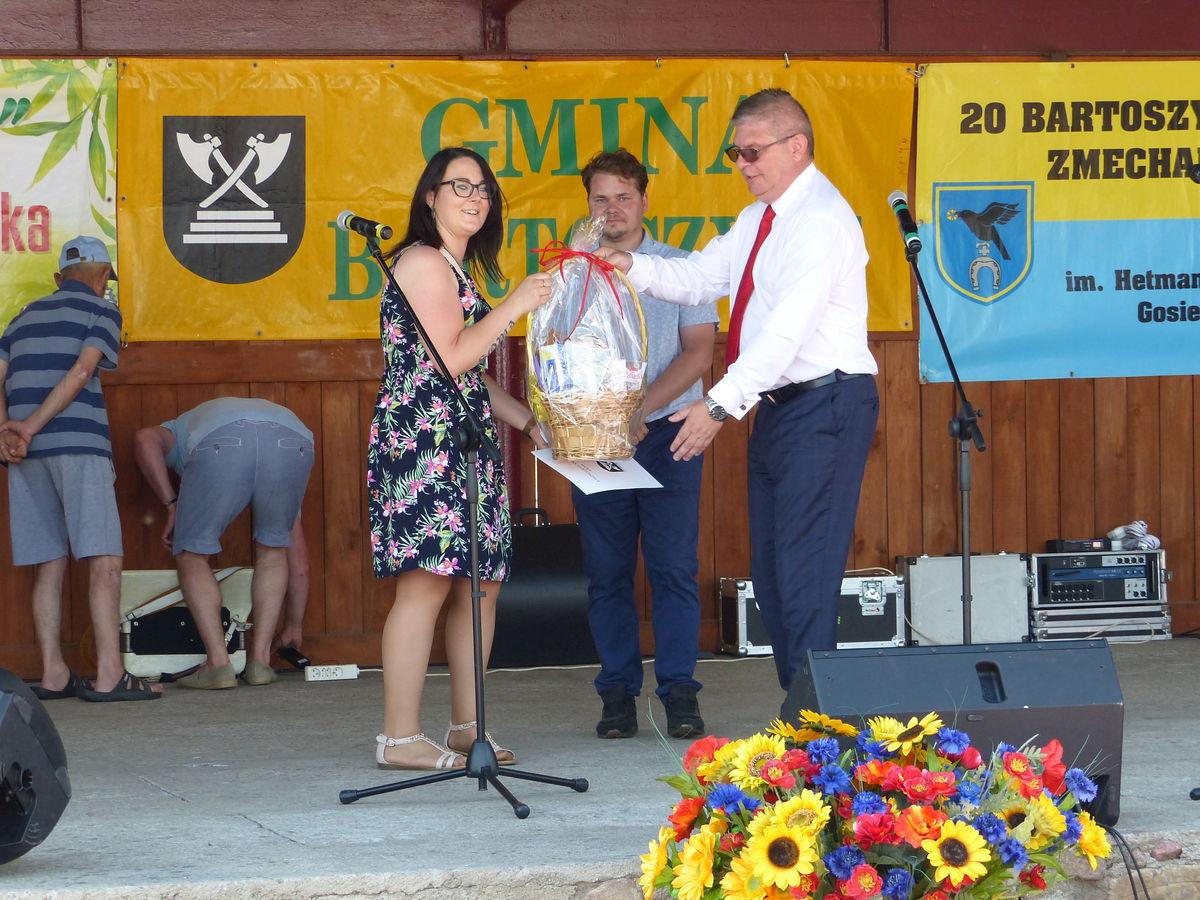 Wójt Andrzej Dycha dziękuje za pomoc i współpracę prezes Fundacji Sowa