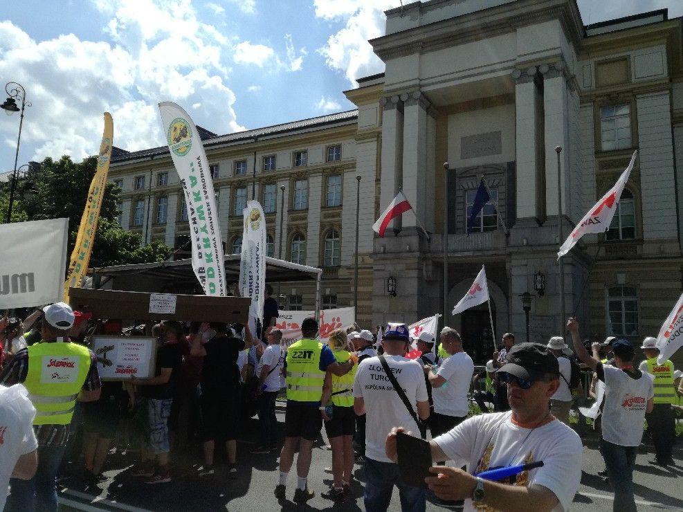 Związkowcy z Olsztyna są pod siedzibą premiera
