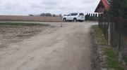 """Pod Pasłękiem """"zniknęła"""" część drogi. Rolnicy nie mogą wyjechać [INTERWENCJA]"""