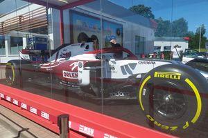 Bolid Formuły 1 w Olsztynie. Nie brakowało chętnych, żeby zobaczyć pojazd Roberta Kubicy [ZDJĘCIA]